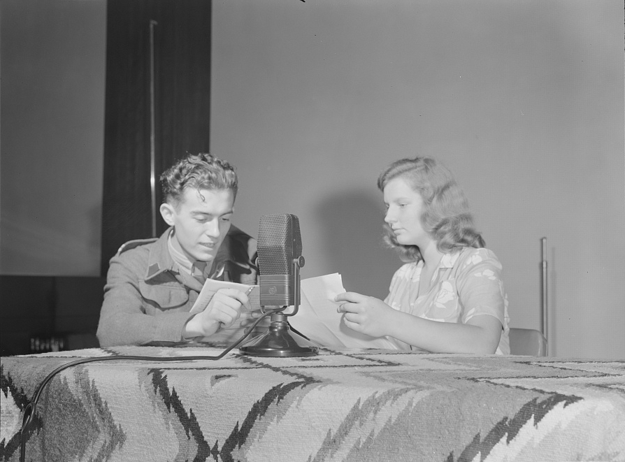 polish_students_recording_owi_voa_broadcast_1942_894